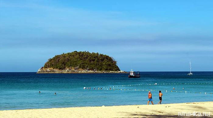 Островок на пляже Ката
