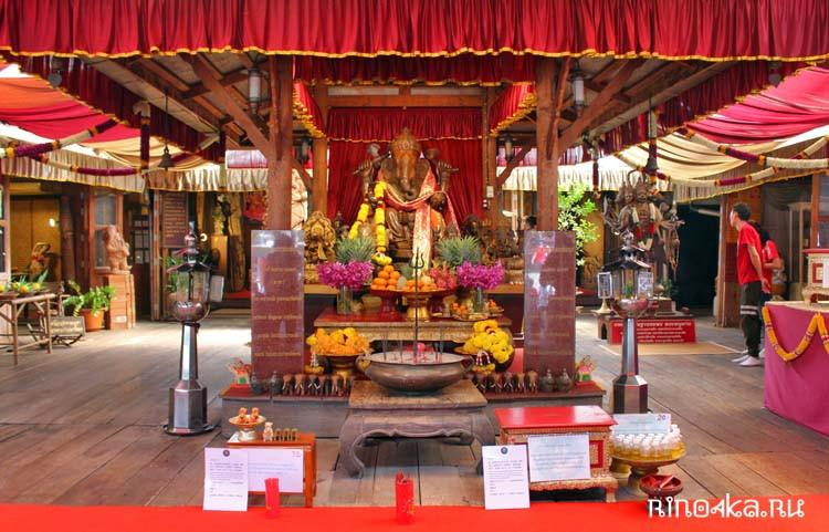 Храм на воде на сваях